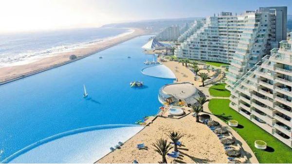 世界上最大的游泳池之阿尔加罗沃游泳池