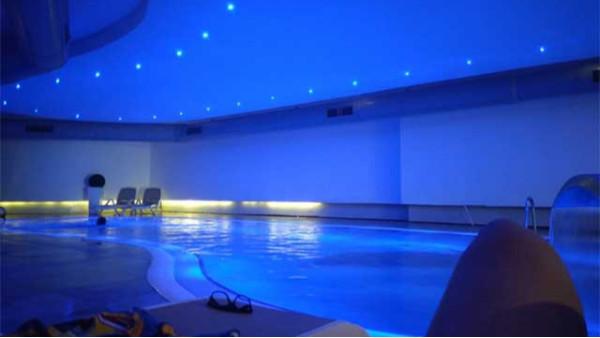 游泳池水质发绿,该怎么处理?