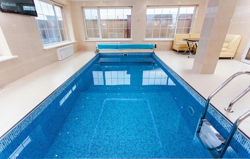 建一个室外游泳池都需要哪些设备?