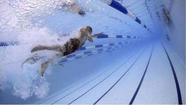 游泳池的水干净吗,泳池怎么清洁的?